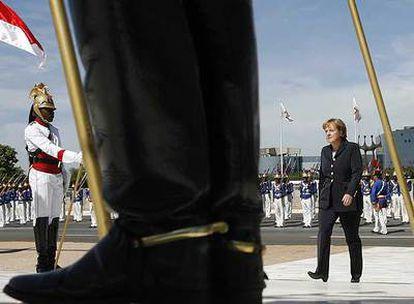 La canciller alemana, Angela Merkel, recibe honores militares a su llegada al palacio presidencial de Brasilia.