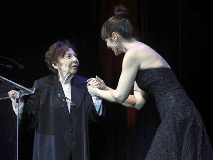 Aitana Sánchez-Gijón entrega el premio de honor a Alicia Hermida.