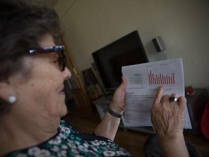 Una mujer revisa su factura de la luz en su domicilio en Madrid.