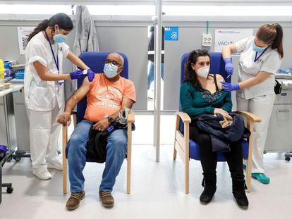 Dos enfermeras administran la vacuna de AstraZeneca en el Hospital Isabel Zendal de Madrid el 24 de marzo.