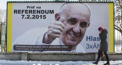 Un cartel con la imagen del Papa anima a los ciudadanos a votar en un referendum para vetar el matrimonio homosexual en Eslovaquia.