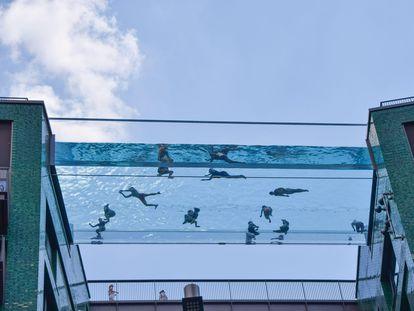 Personas en la Sky Pool, una piscina suspendida a 35 metros sobre el suelo entre dos edificios de apartamentos en el barrio de Nine Elms, Londres.