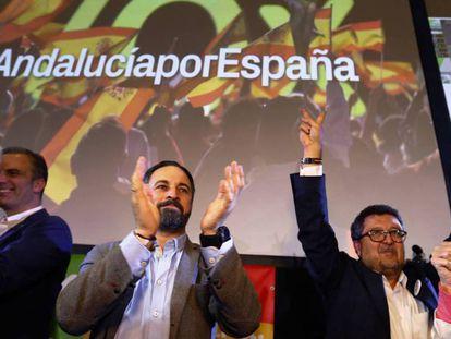 El líder de Vox, Santiago Abascal, y el líder regional del partido, Francisco Serrano, este domingo. MARCELO DEL POZO. En vídeo, entrevista de Santiago Abascal, líder de VOX en Telecinco. ATLAS