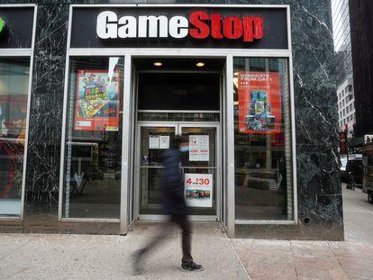 Un viandante pasea por delante de una tienda GameStop en Manhattan (Nueva York), el pasado miércoles.