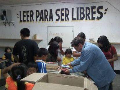 El escritor Paco Ignacio Taibo II inspecciona una donación de libros recibida/