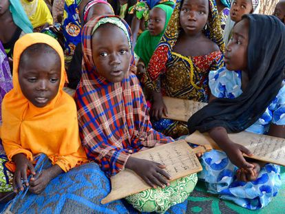 Niñas desplazadas por el conflicto de Boko Haram en una escuela coránica de Maroua.