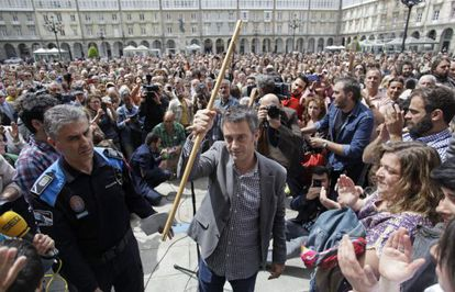 El nuevo alcalde de A Coruña y líder de la Marea Atlántica, Xulio Ferreiro, sostiene el bastón tras ser proclamado regidor.