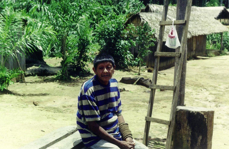 Aruká Juma en una fotografía tomada en 1998 por el antropólogo Edmundo Peggion, cuando las autoridades trasladaron a Aruká y a su familia a la Tierra Indígena Uru-eu-wau-wau.