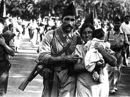 Un miliciano con su mujer y su hija, en Barcelona en 1936 antes de ir al frente.
