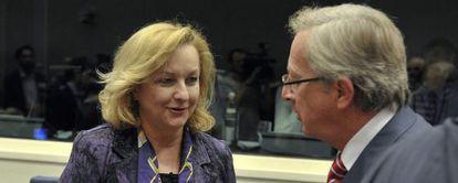 La ministra de Finanzas de Austria, Maria Fekter, habla con el primer ministro de Luxemburgo y presidente del Eurogrupo, Jean-Claude Juncker.
