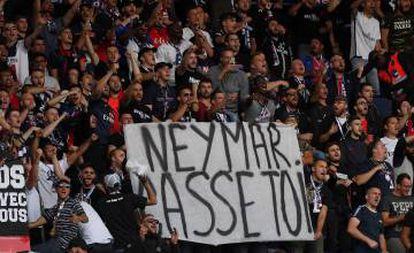 Pancarta contra Neymar en el Párque de los Príncipes.