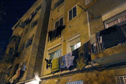 Fachada de la casa de Terrassa (Barcelona) donde vivía uno de tres los yihadistas detenidos hace diez días en Bulgaria .