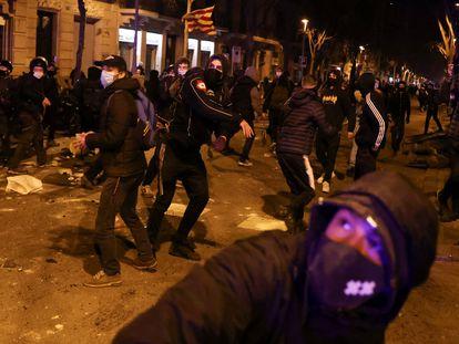 Manifestantes contra el encarcelamiento de Hasél, en la noche del jueves en las calles de Barcelona.