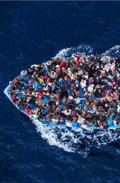 Rescate de una barcaza por las autoridades italianas.
