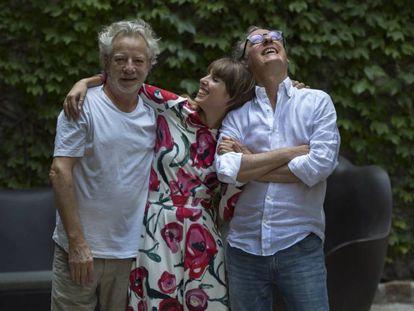 De izquierda a derecha, Javier Mariscal, Lola Errando y Pedrín Mariscal, en su estudio de Palo Alto en Barcelona el pasado jueves.