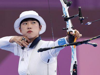 La surcoreana An San durante la final individual de tiro con arco este viernes en Yumenoshima Park.