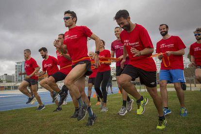 El triatleta Javier Gómez Noya (con gafas) en un entrenamiento.