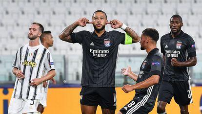 Depay celebra su gol ante la Juventus con su gesto característico.