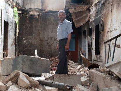 Bachar Halale, vecino de Mulala, fotografiado en lo que queda de su casa.