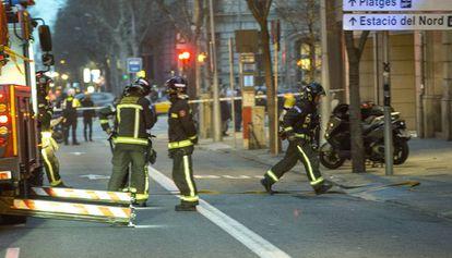 Bomberos trabajando en la extinción de un incendio, imagen de archivo.