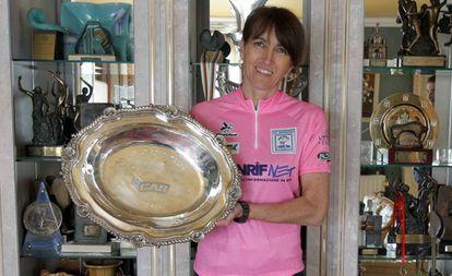 Joane Somarriba, con el trofeo y la 'maglia' del Giro de 1999, en su casa de Gatika (Bizkaia).