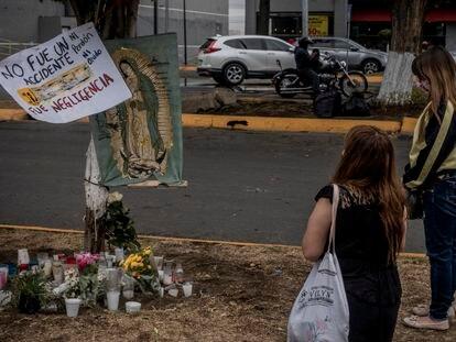 Un grupo de mujeres ofrecen una oración en un altar improvisado en la zona donde del desplome de la Línea 12 en Ciudad de México.