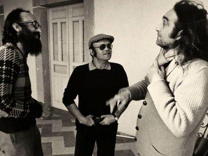 Rafael Sánchez Ferlosio (derecha), en 1977, en Coria con su hermano Chicho (izquierda) y el escritor Julio Martín Casas, compañero de estudios de Chicho en Salamanca.