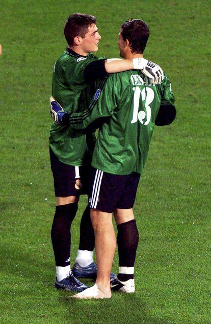 Casillas y César, tras la final de la Champions de Glasgow 2002.