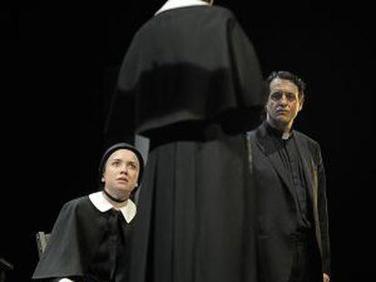 Rosa Maria Sardà (de espaldas), Ramon Madaula y Mar Ulldemolins, en una escena de 'Dubte'.