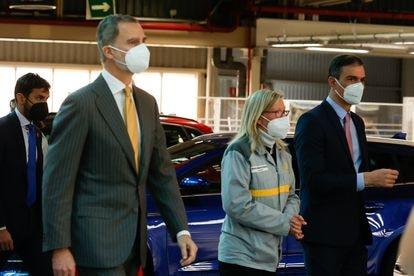 Felipe VI y el presidente del Gobierno, Pedro Sánchez, han visitado las instalaciones de Renault en Palencia.