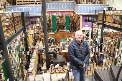 Charles Leakey, en su librería de segunda mano de Inverness.