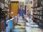 Juan Ruiz en su tienda llamada Juanito librería, en la Plaza de Vara del Rey de Madrid.