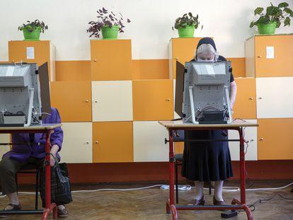 Ciudadanas búlgaras votan en Bankya, cerca de Sofía, el 11 de julio de 2021.