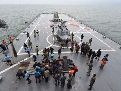 Uno de los buques que rastrea aguas indonesias para hallar los restos del avión de AirAsia.