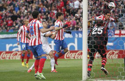 Falcao marca de cabeza el gol del Atlético.