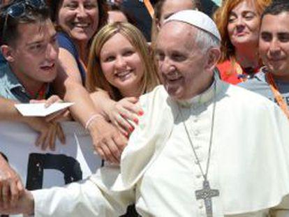 El Papa saluda a un grupo de fieles en El Vaticano.
