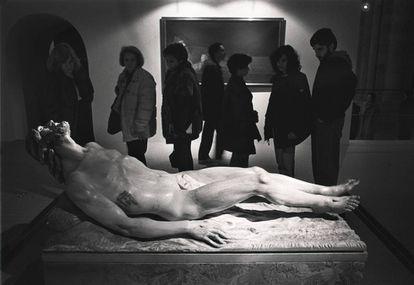 La escultura 'Cristo yacente', de Venancio Blanco, en una exposición en la catedral de Salamanca.