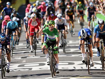 Cavendish, de verde, por delante de todos en Carcasona.