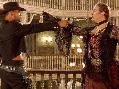 Will Smith y Kevin Kline se apuntan en un fotograma de 'Wild wild west'.