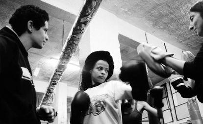 """SheFighter combina el taekwondo –un arte marcial que enseña a tener disciplina y respeto por uno mismo y por los demás–, con el boxeo, el kick boxing y el kung-fu. """"Pero, sobre todo, es un camino de fortalecimiento interior y de autoestima"""", afirma."""