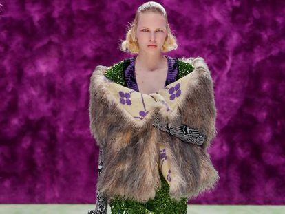 Una modelo desfila para Prada, en la semana de la moda de Milán, ayer.