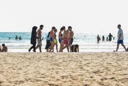 Un grupo de bañistas pasean por la playa pública de Tiro, a 100 kilómetros al sur de Beirut.