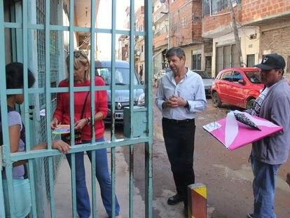 Personal del gobierno de la ciudad de Buenos Aires realiza tareas de prevención de dengue en la Villa Zabaleta, en marzo pasado.