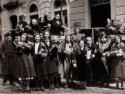 <b></b><i>Sufragistas pidiendo el voto para la mujer en la calle de Alcalá,</i> en 1932, una de las fotografías de Alfonso incluidas en el libro de Lunwerg.