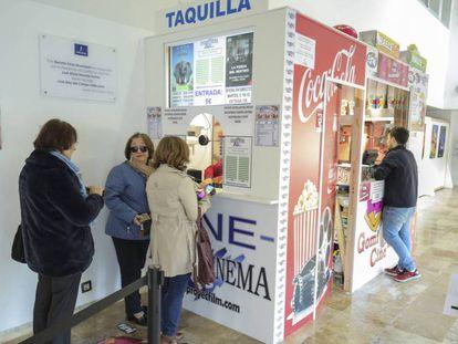 Vecinos de Daimiel, Ciudad Real, compran las entradas para una retransmisión de ópera en el nuevo cine abierto en la localidad.