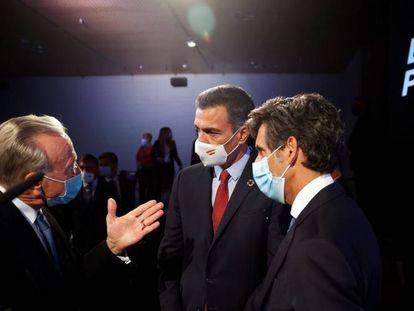 El presidente del Gobierno, Pedro Sánchez, conversa con el presidente de la Fundación La Caixa, Isidro Fainé y el presidente de Telefónica, José María Pallete.