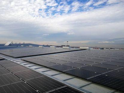 Placas solares en unas instalaciones industriales en Madrid.