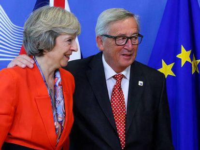 La primera ministra británica, Theresa May, junto al presidente de la Comisión Europea, Jean-Claude Juncker.