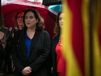 La alcaldesa de Barcelona, Ada Colau, durante la ofrenda al monumento de Rafael Casanova.