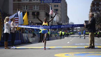 La etíope Atsede Baysa se impone en la Maratón de Boston.